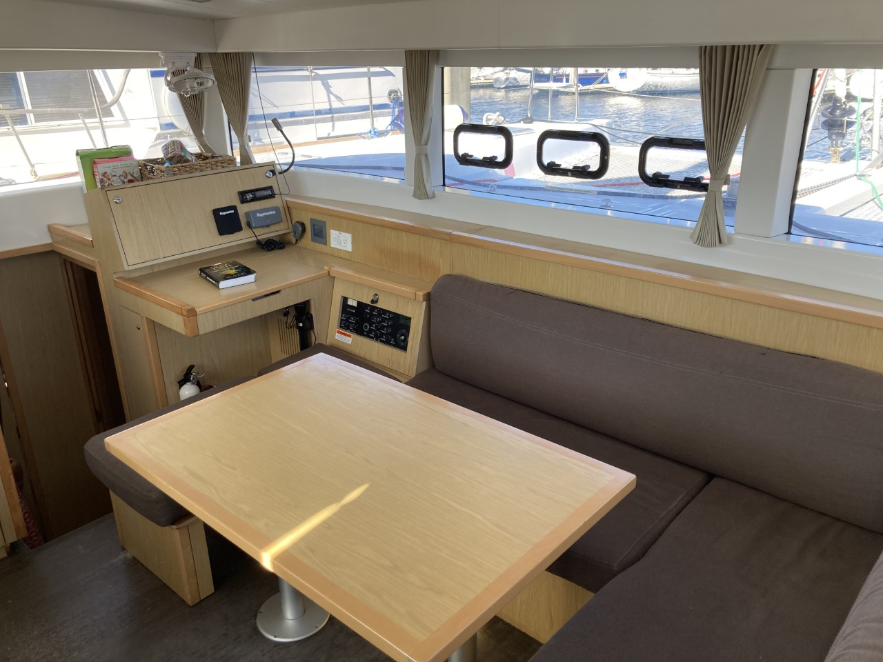 2014 lagoon 39 catamaran CARPE DIEM salon seating